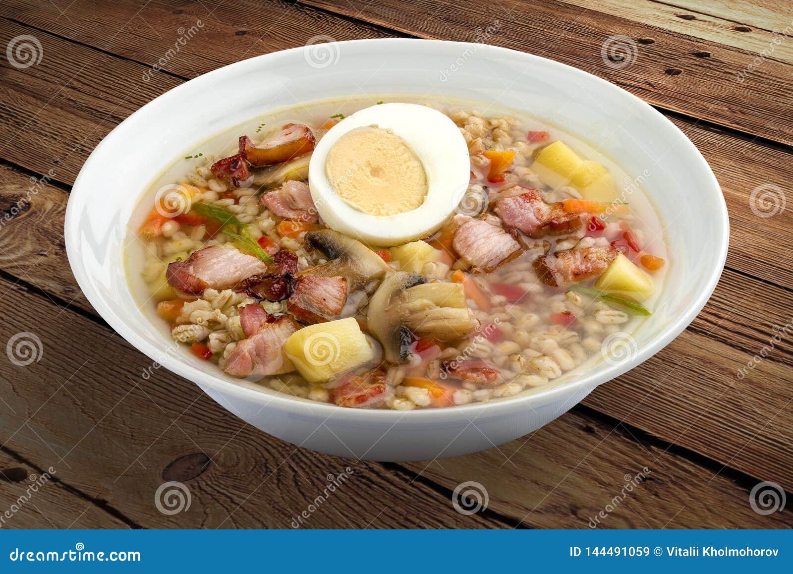 Sopa de la perla con tocino y el huevo