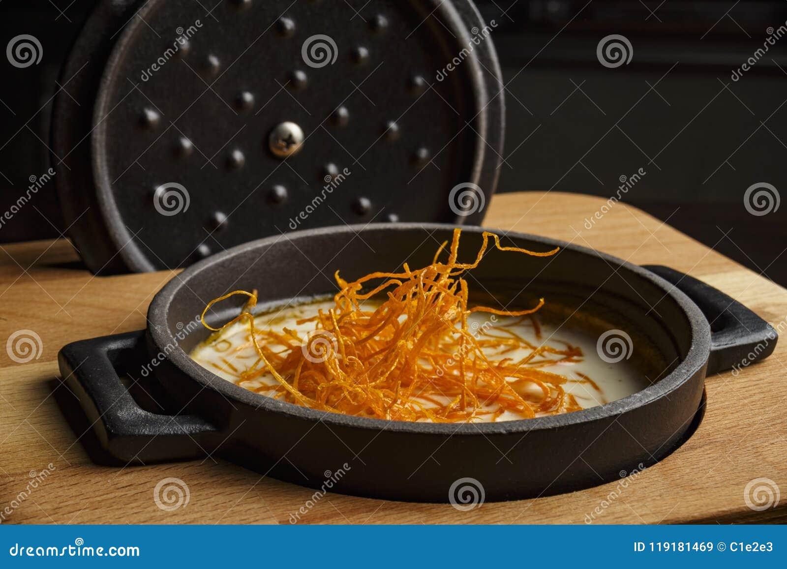 Sopa de la zanahoria en un pote negro