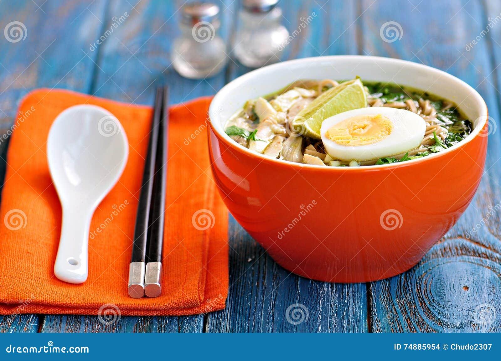 Sopa de macarronete da galinha com pimenta de cebola verde, de gengibre, de coentro e de pimentão Culinária asiática