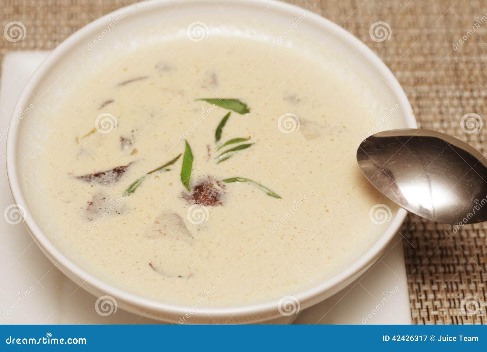 Sopa de Miso en el plato blanco