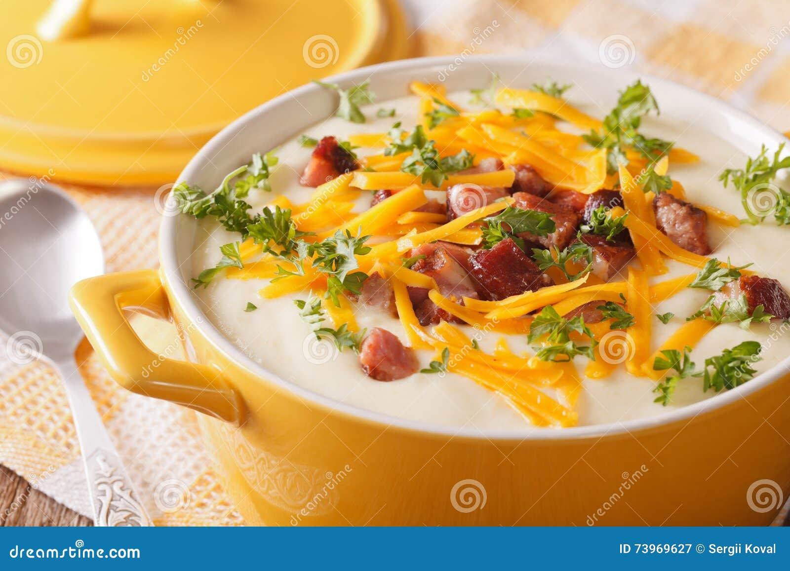 Patata Porner sopa de patata poner crema con el primer del tocino y del