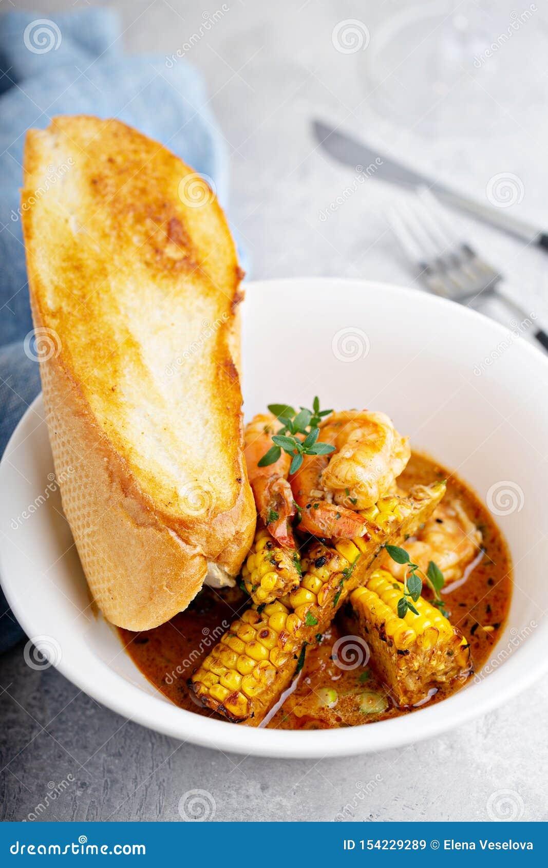 Sopa de peixe do milho e do camarão