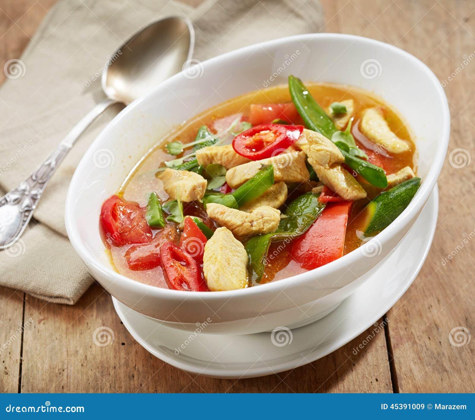 Sopa de pollo picante recientemente cocinada