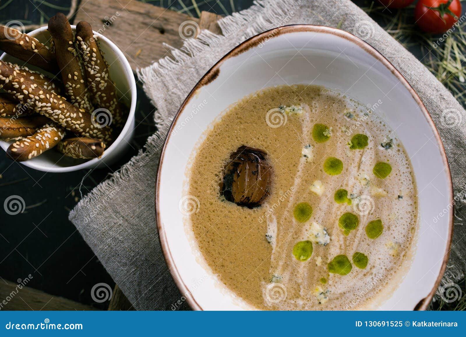 Sopa de verduras con queso verde y breadsticks