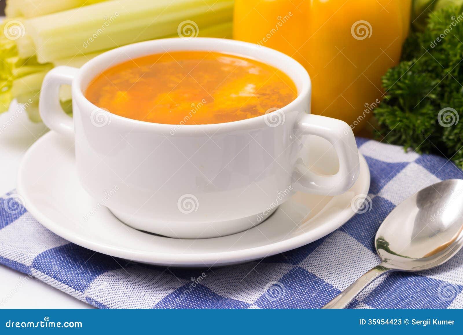 Sopa de verduras fresca con las verduras