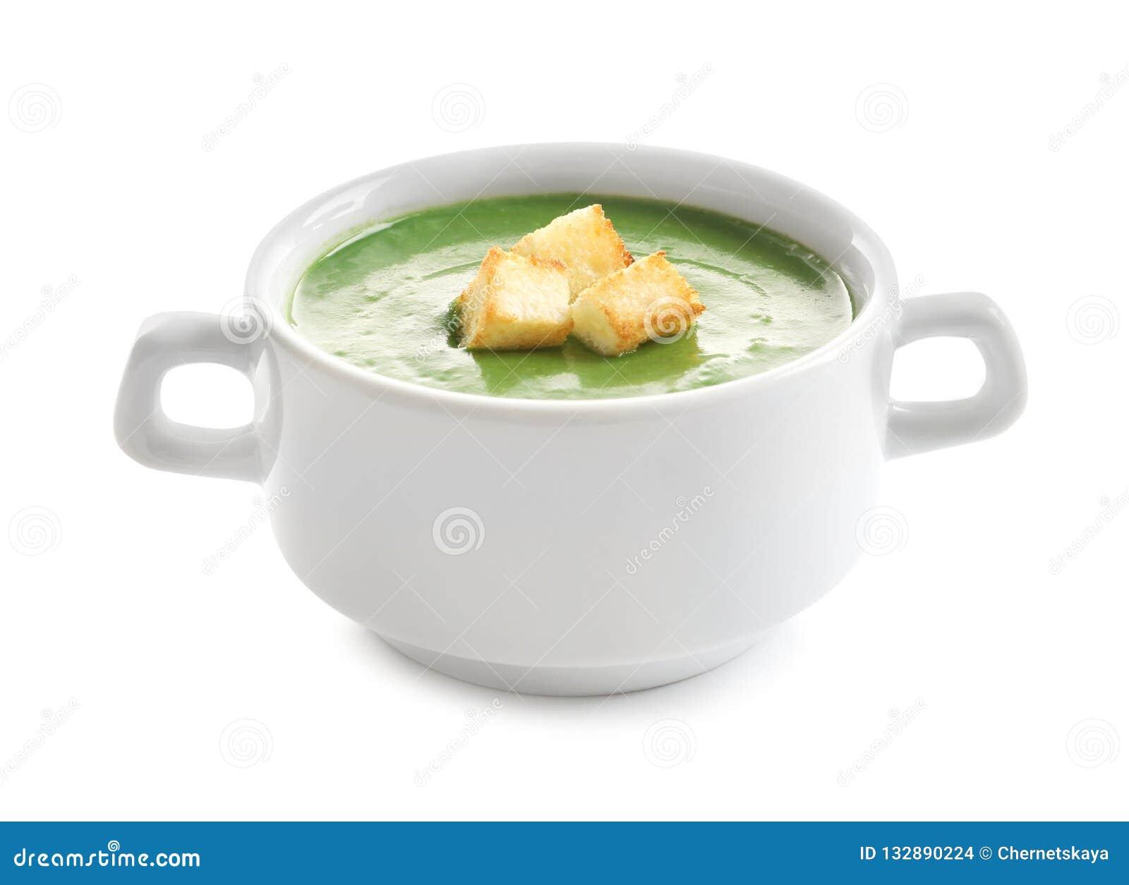 Sopa del detox de las verduras frescas con los cuscurrones en plato