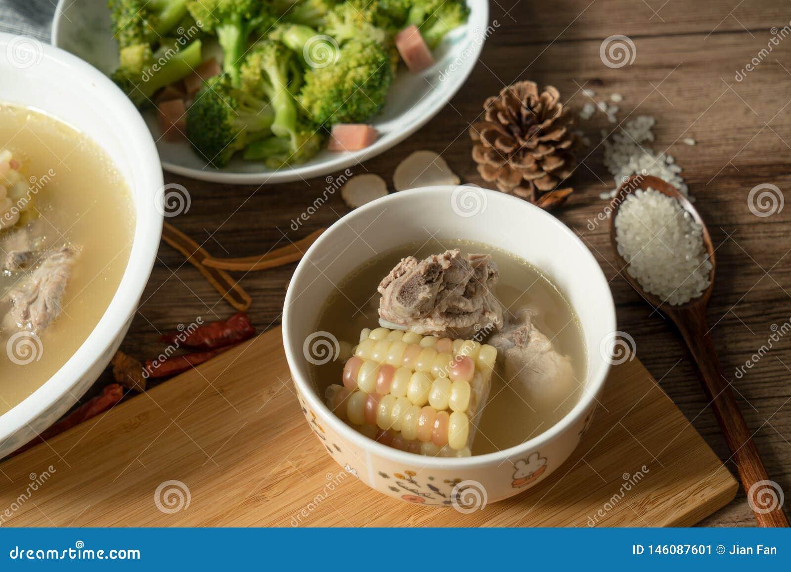Sopa del hueso del ma?z y del cerdo, comida china deliciosa
