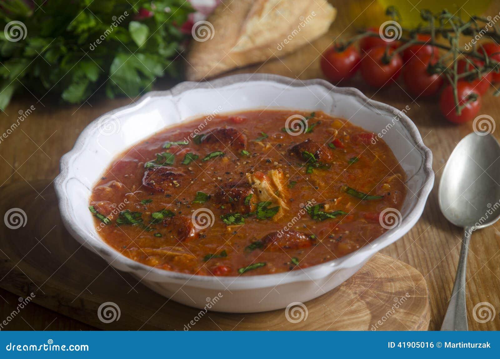 Sopa del pollo y del chorizo