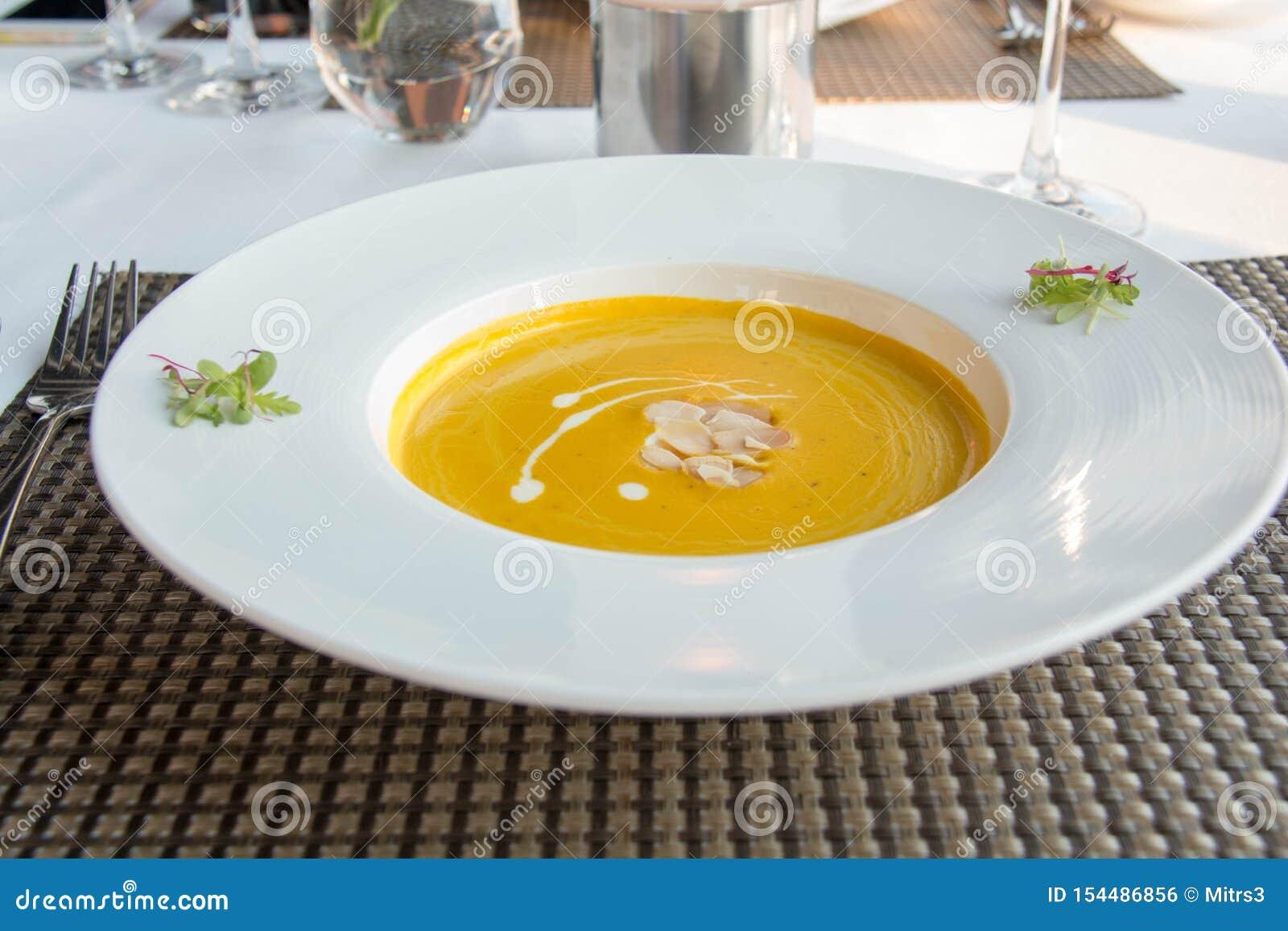 Sopa deliciosa da abóbora na bacia branca