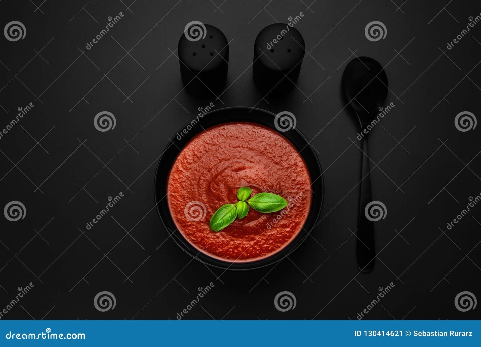 Sopa do tomate com manjericão
