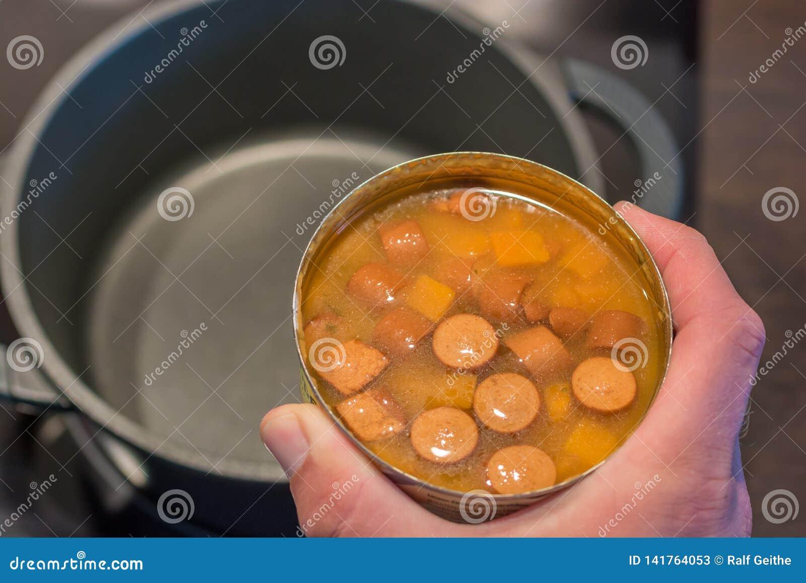 A sopa enlatada insalubre é aquecida em um potenciômetro