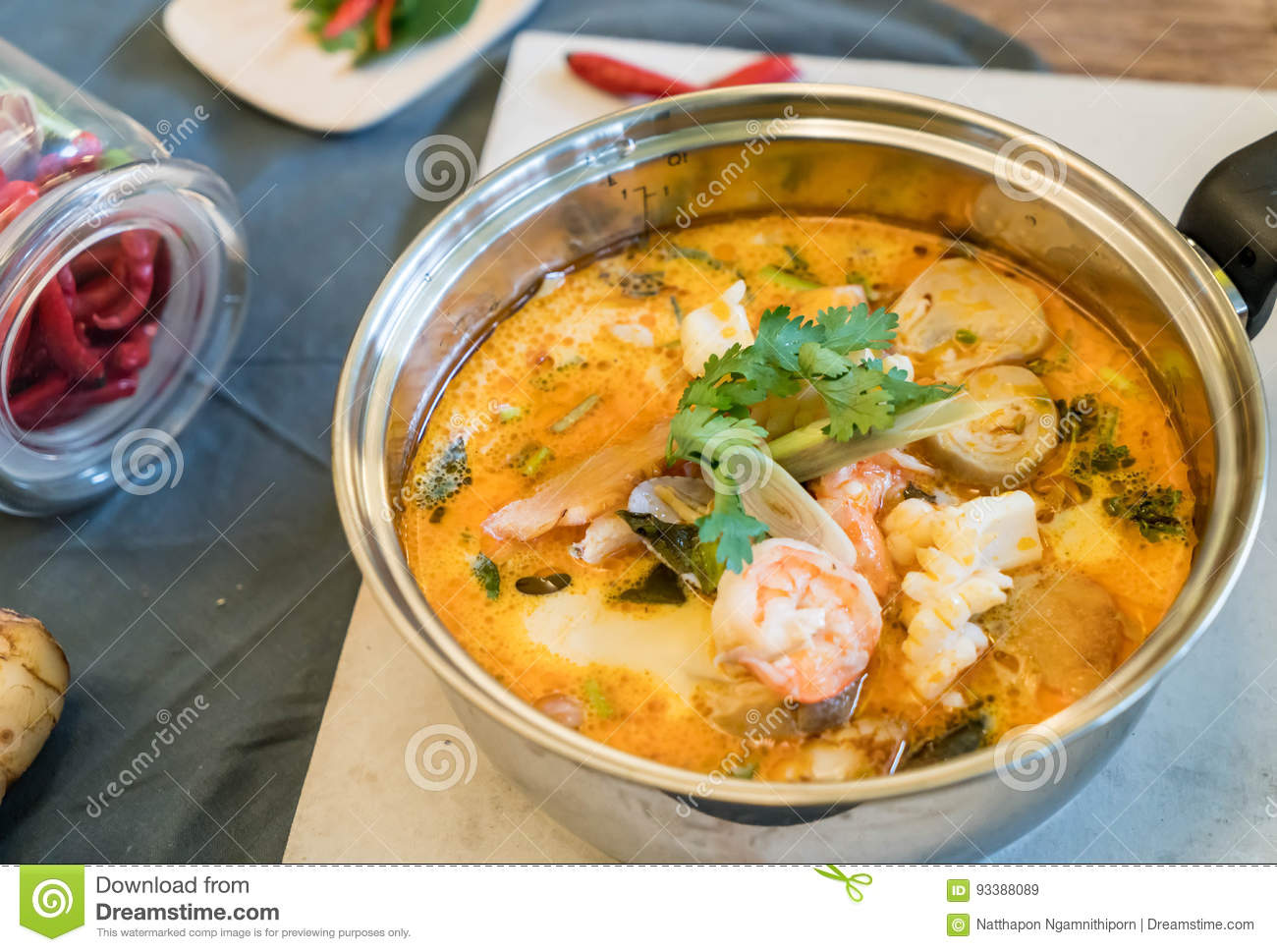 Sopa ou Tom Yum Seafood ácido do marisco