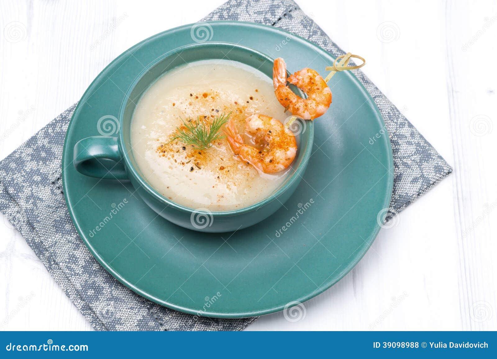 Patata Porner sopa poner crema de la patata con los camarones en el pincho