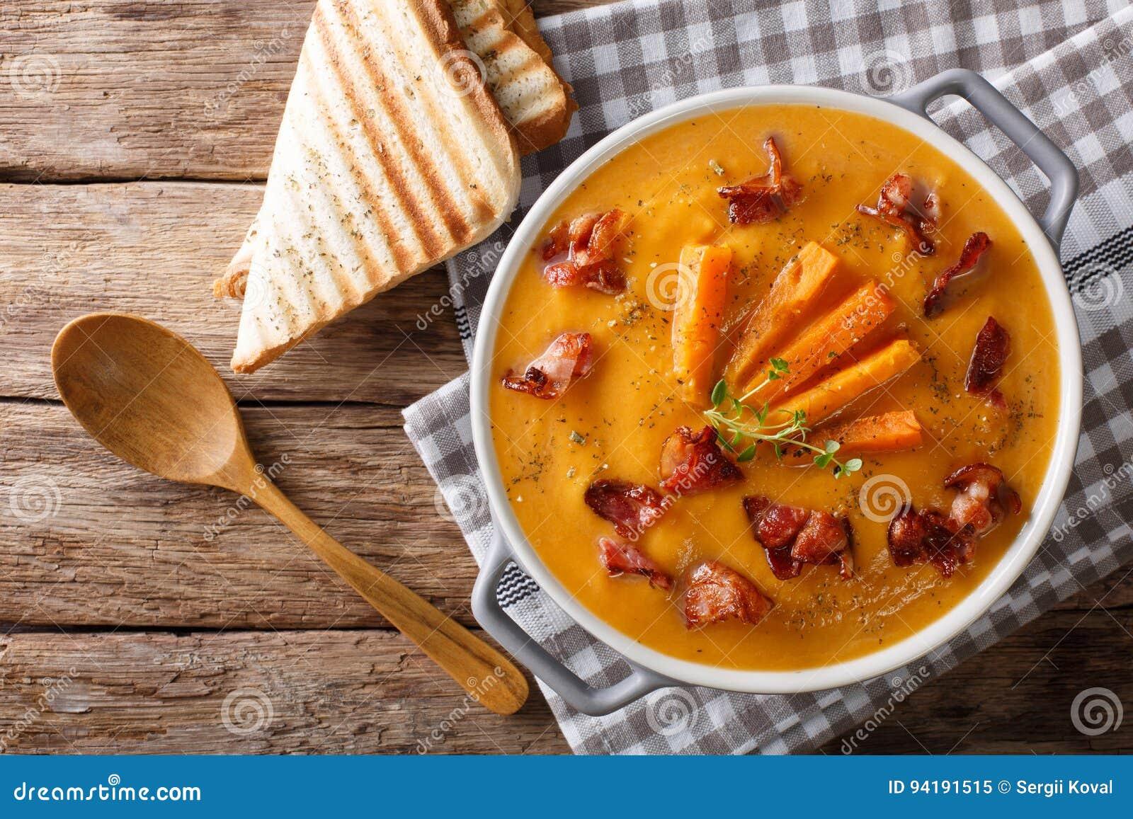 Patata Porner sopa poner crema de la patata dulce con las especias y el