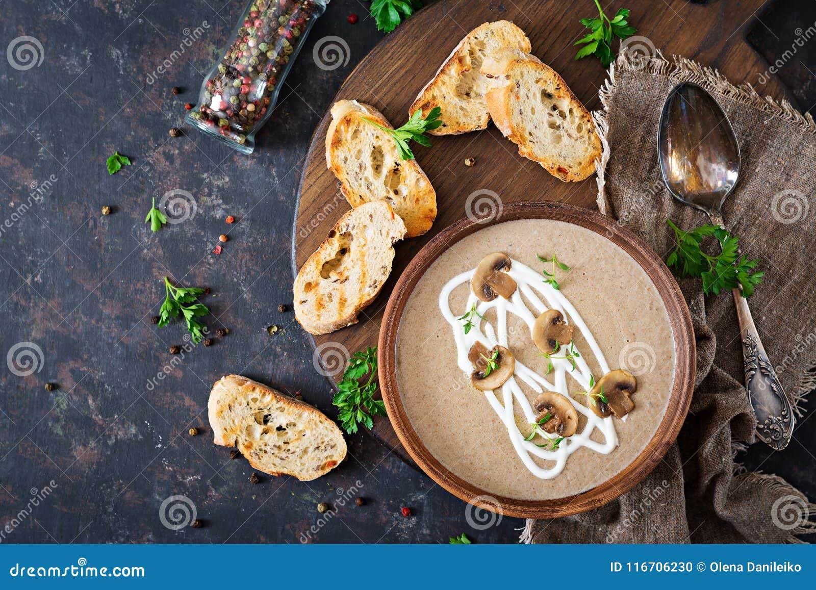 Sopa poner crema de la seta Comida del vegano Menú dietético Visión superior