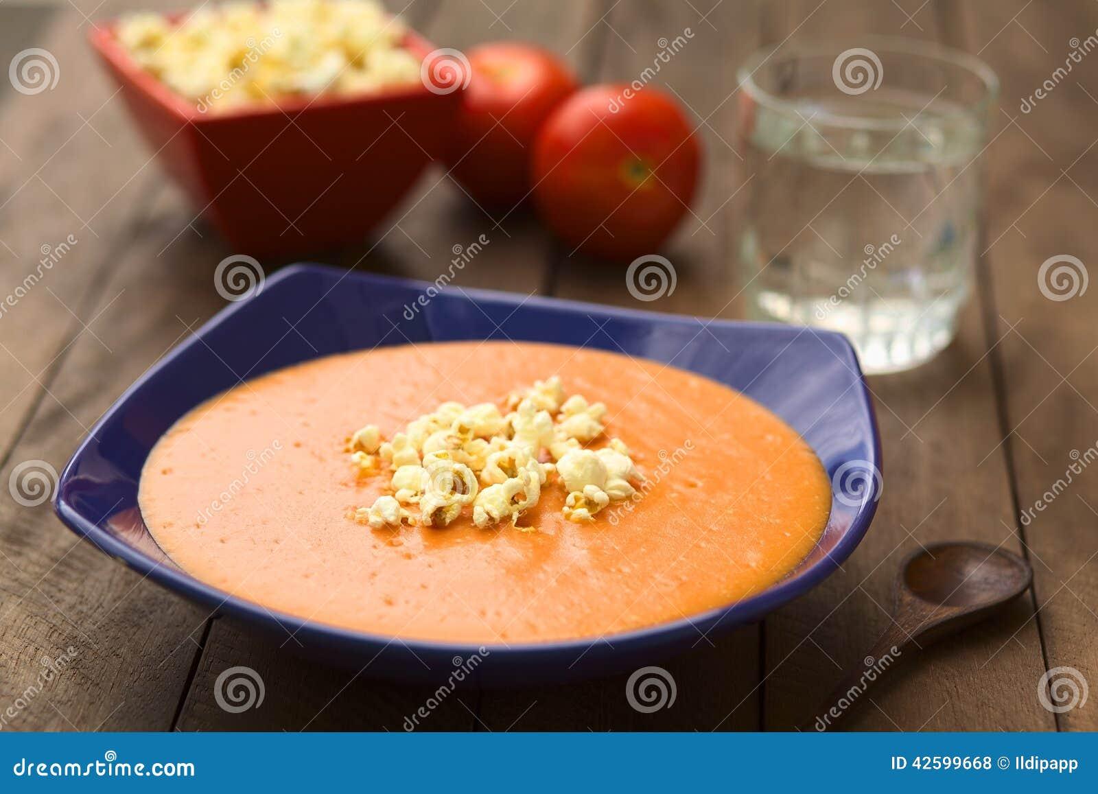 Patata Porner sopa poner crema del tomate y de la patata foto de archivo