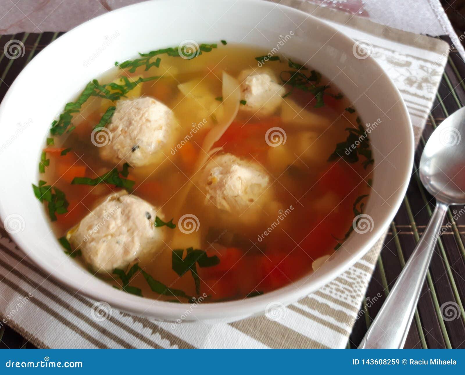 Sopa rumana de la albóndiga del pollo Ciorba de perisoare