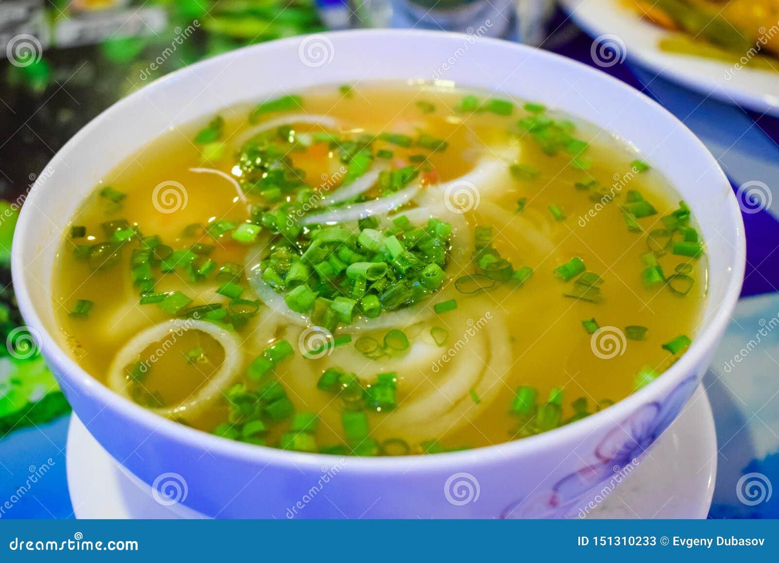 Sopa sabrosa del vietnamesse con los mariscos y los tallarines