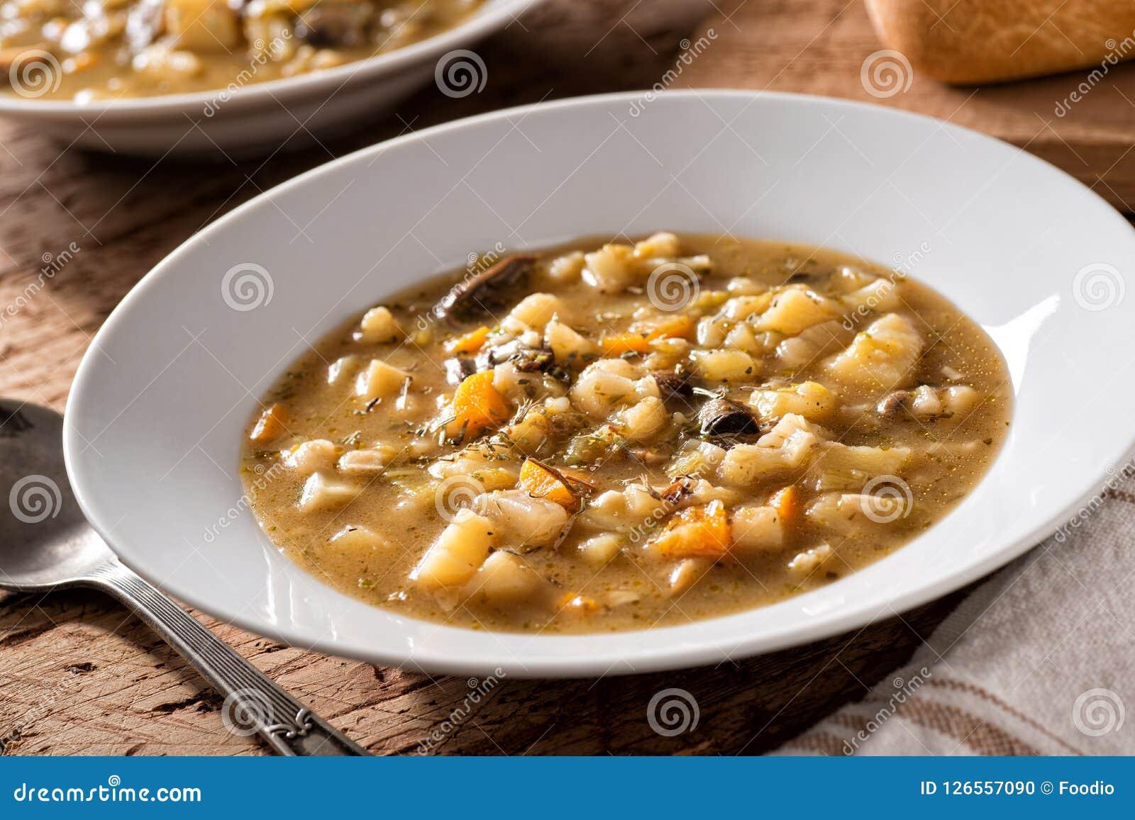 Sopa selvagem do cogumelo e de batata