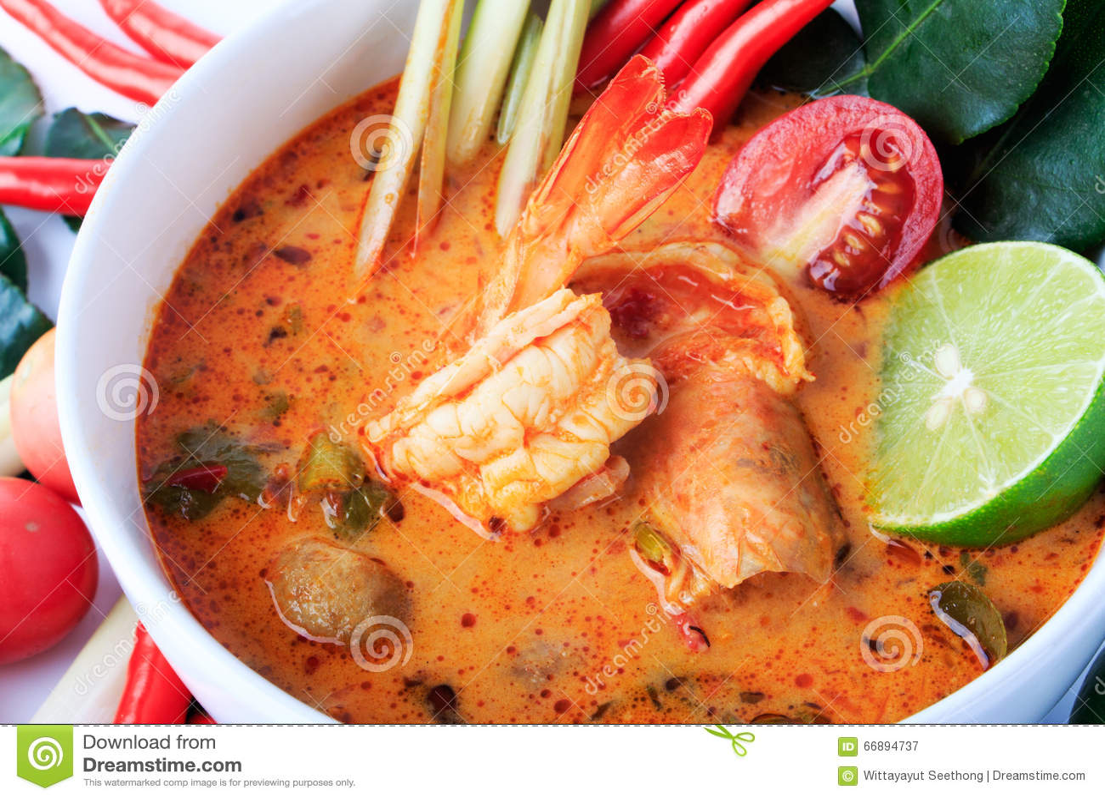 Sopa tailandesa de la gamba con el Cymbopogon (Tom Yum Goong) en el fondo blanco