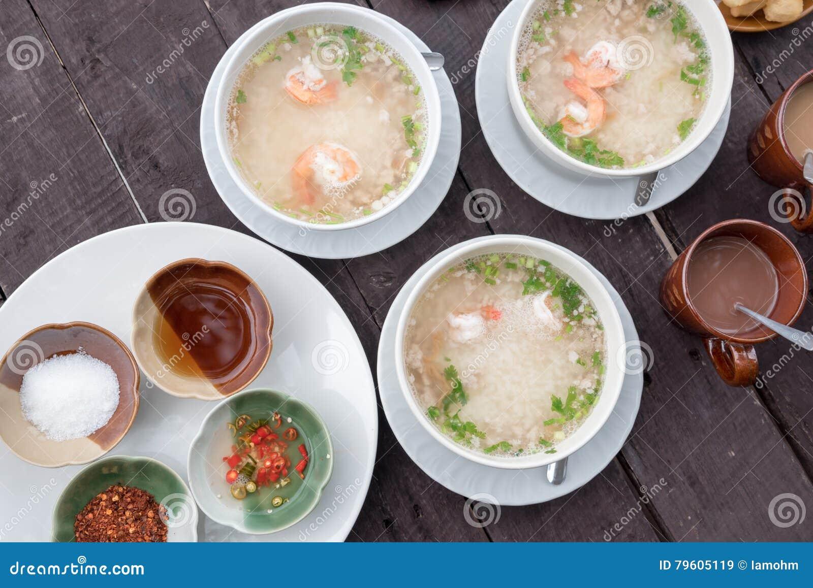 Sopa tailandesa do arroz com camarão e carne de porco, tempero, molho de peixes, pimentão conservado, pimenta de caiena, açúcar