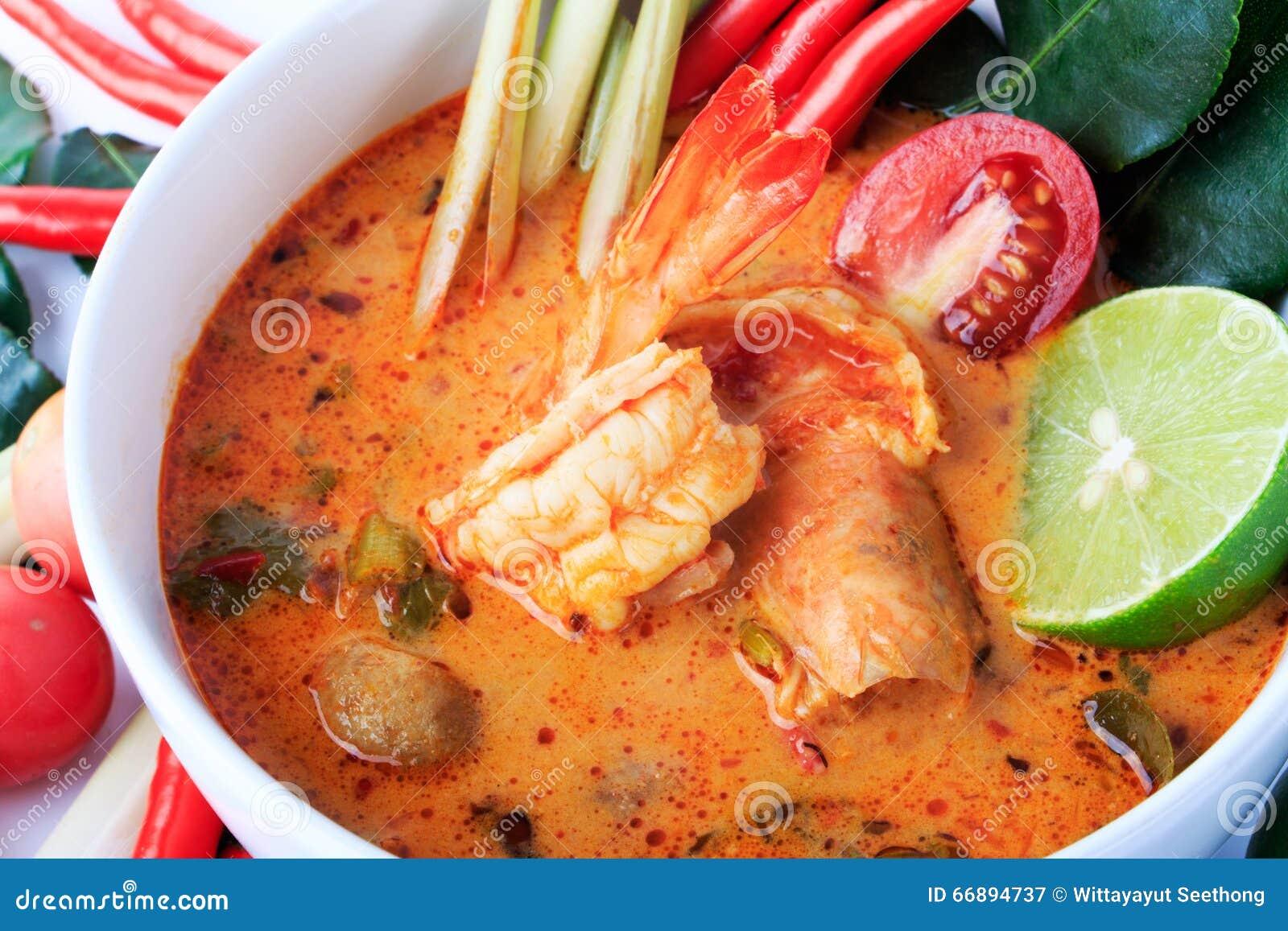 Sopa tailandesa do camarão com nardo (Tom Yum Goong) no fundo branco