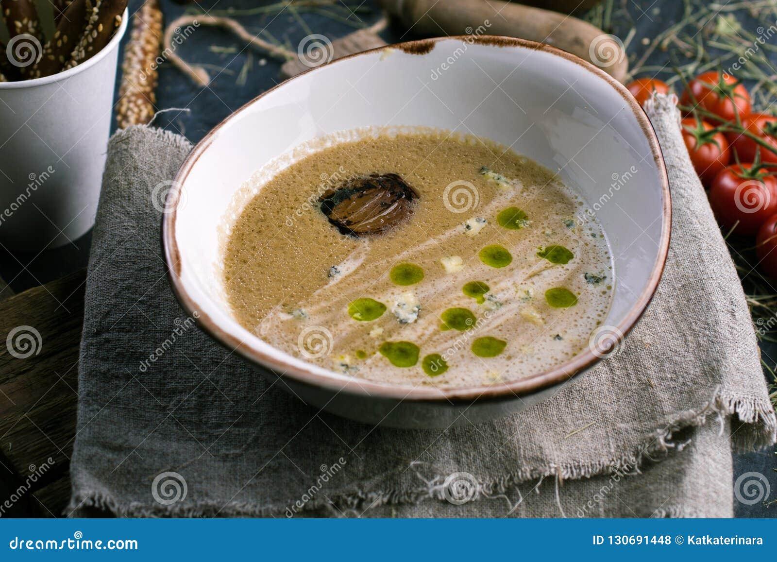 Sopa vegetal com queijo azul e palitos