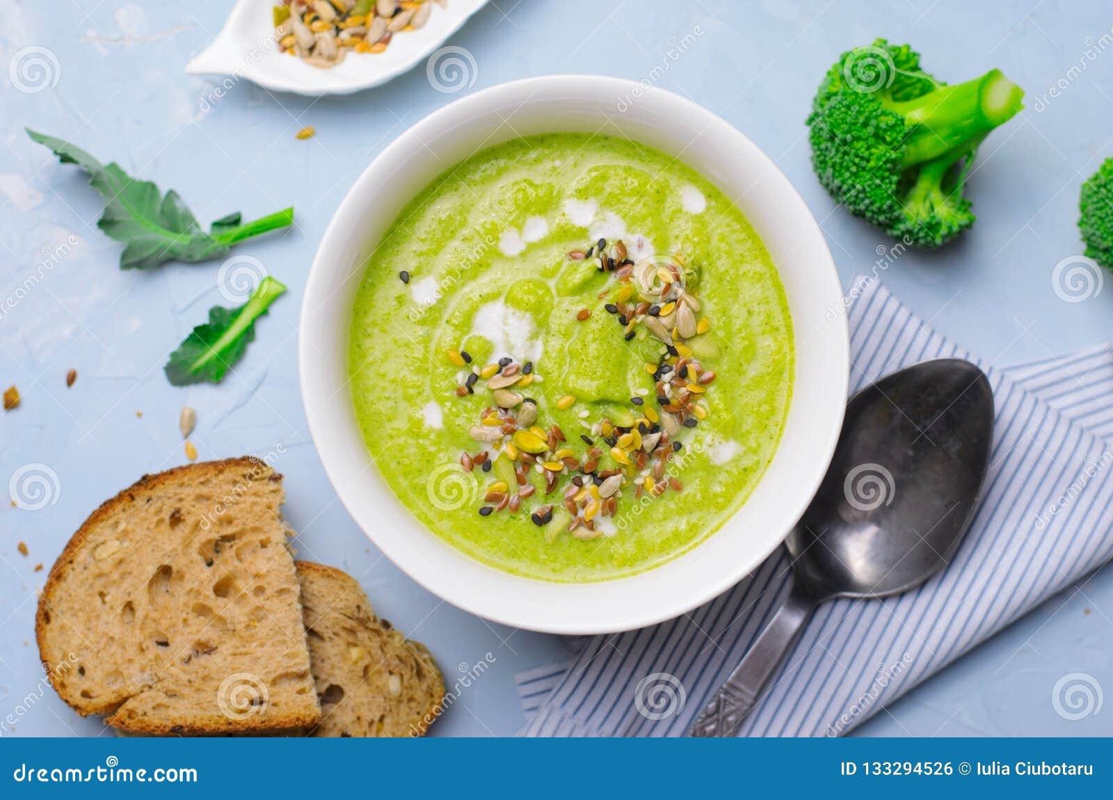 Sopa verde do creme dos brócolis do vegetariano com mistura do leite e da semente da Não-leiteria, comer saudável da desintoxicaç