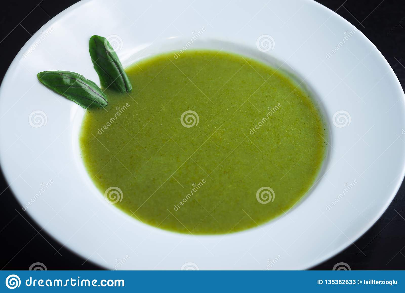 Sopa verde saudável fresca Sopa vegetal com manjericão