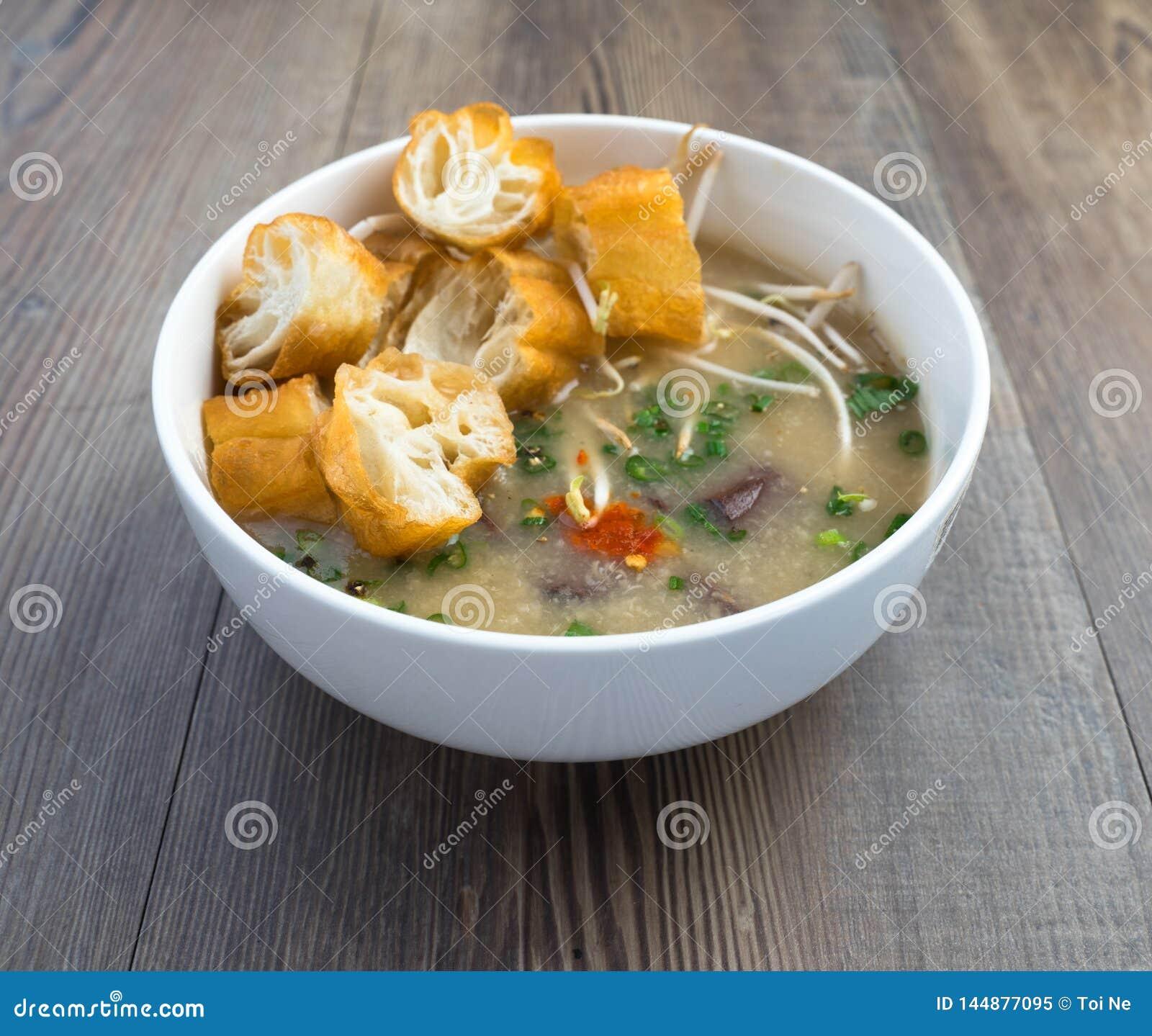 Sopa vietnamiana do órgão do porco ou sopa dos miúdos