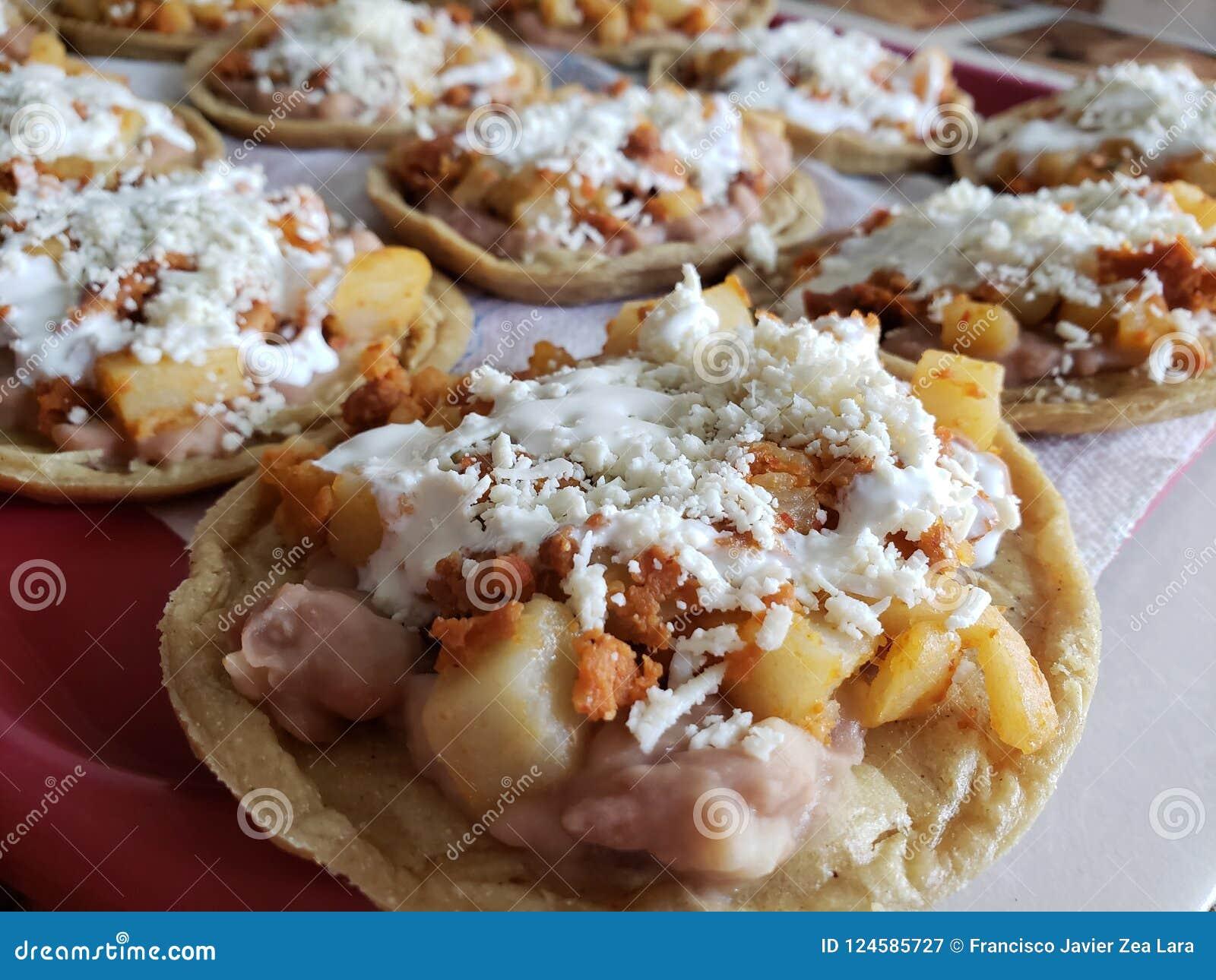 Sopes van aardappels met chorizo, room en kaas, traditioneel Mexicaans voedsel