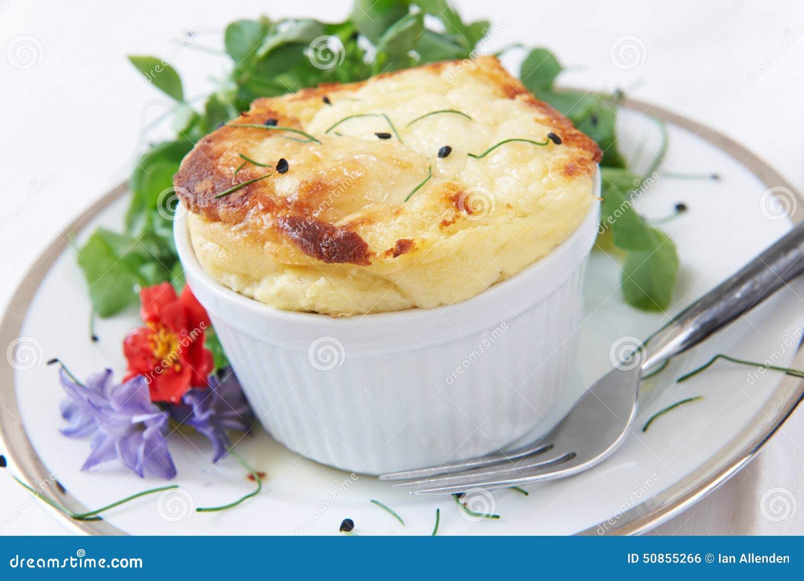 Soplo de queso servido en Ramekin