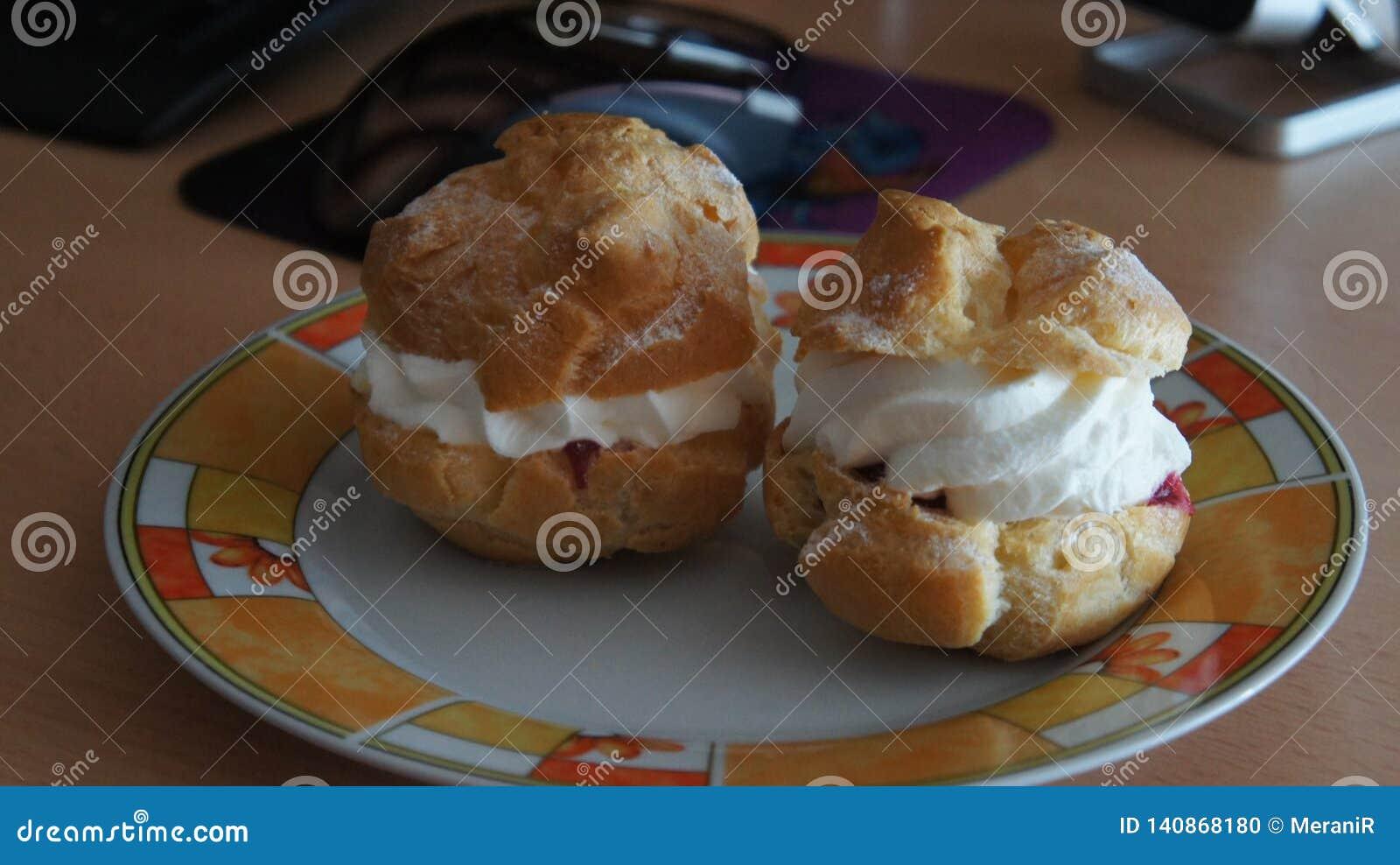 Soplos poner crema con las cerezas y el relleno poner crema dulce
