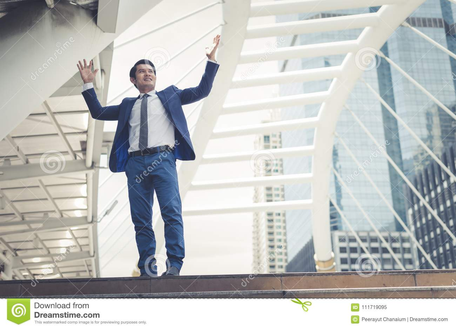 Soporte asiático del hombre de negocios y aumento para arriba de dos manos a alegre y celebradas el suyo acertado en carrera y la