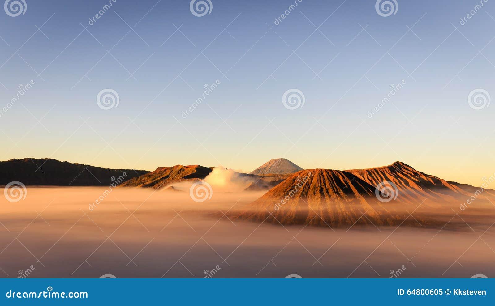 Soporte asombroso Bromo en niebla de la mañana durante salida del sol