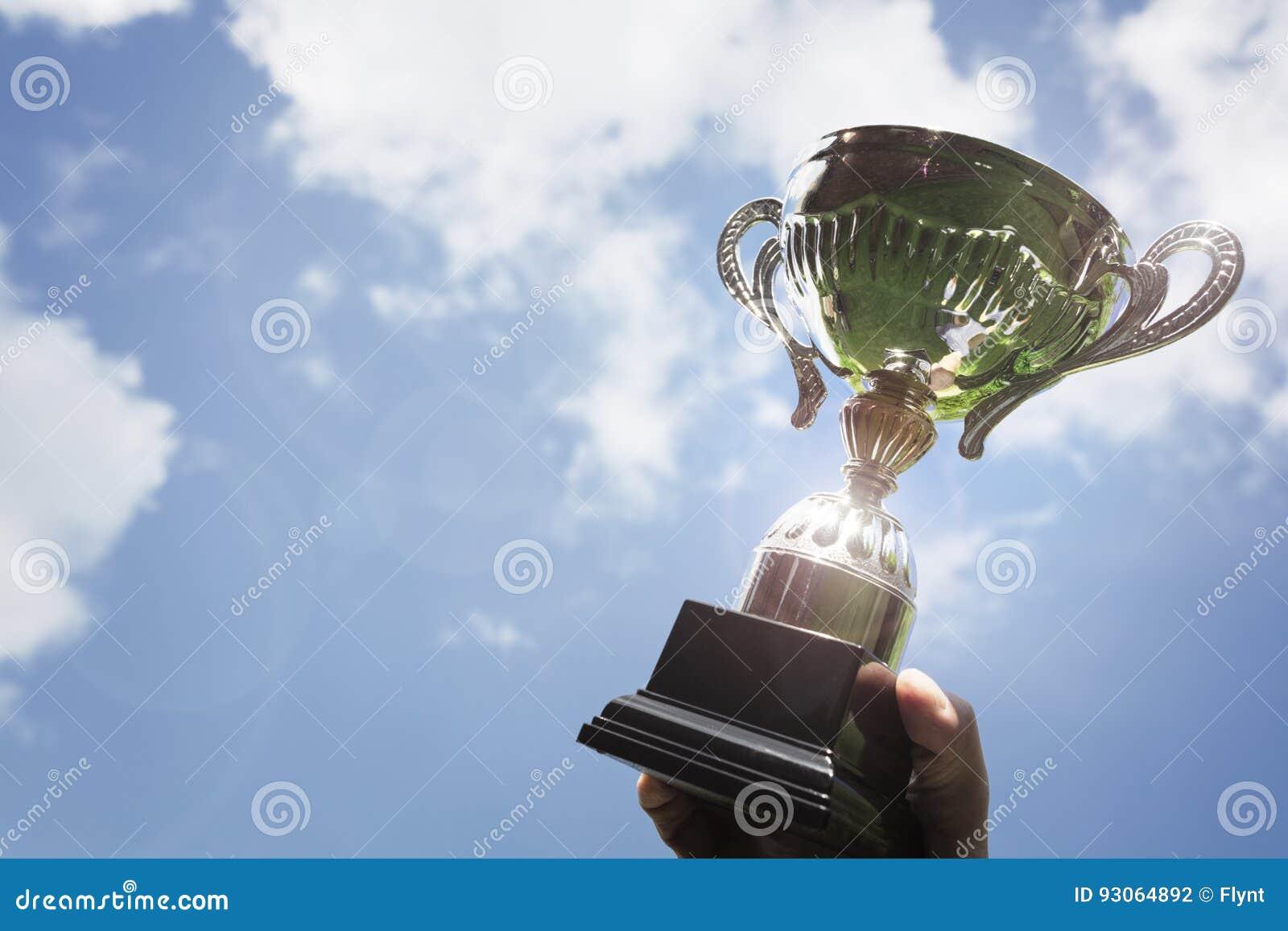 Soporte de una taza del trofeo como ganador