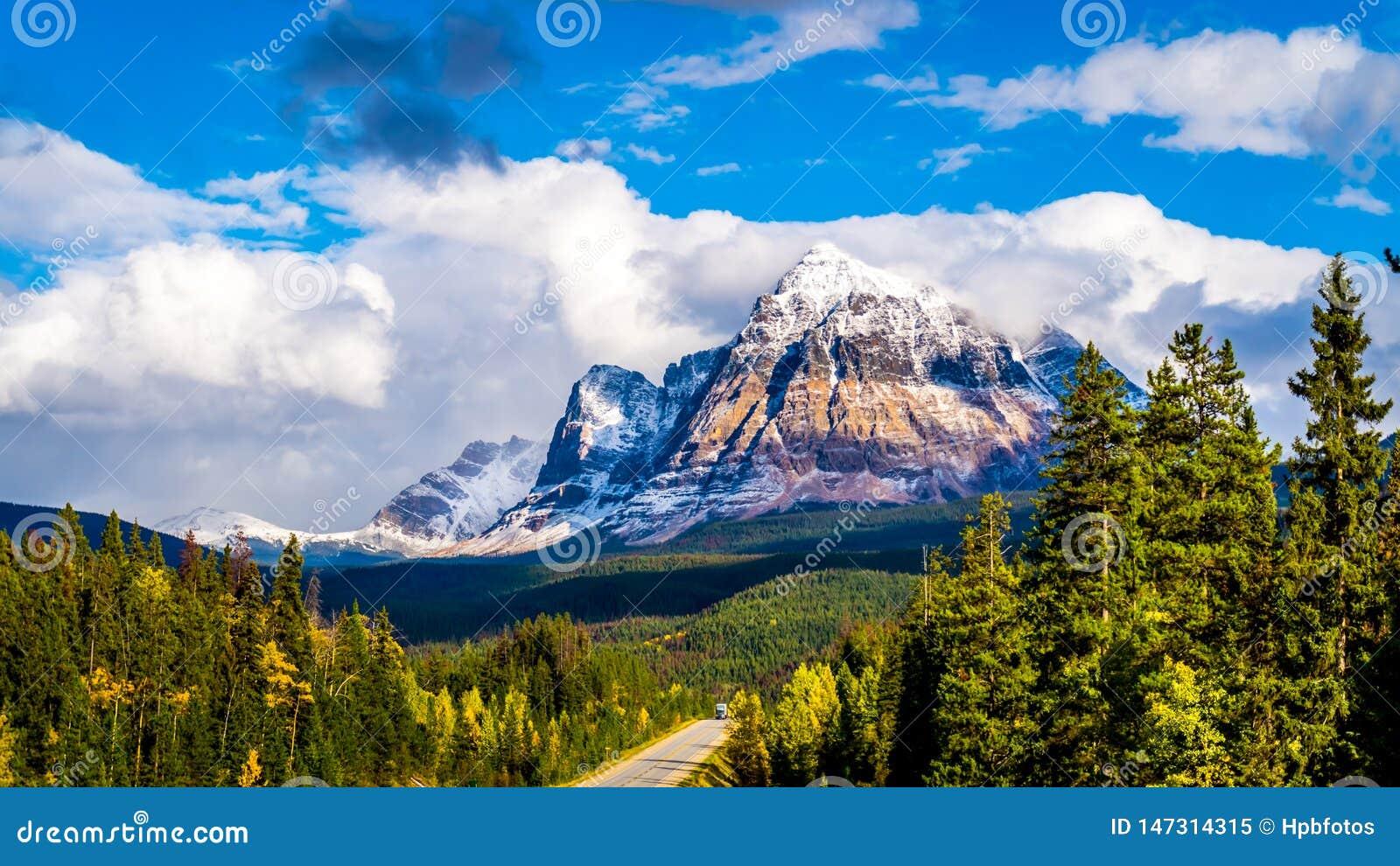 Soporte Fitzwilliam, este en la carretera de Yellowhead, parte de las monta?as rocosas canadienses La mitad inferior es dolom?a