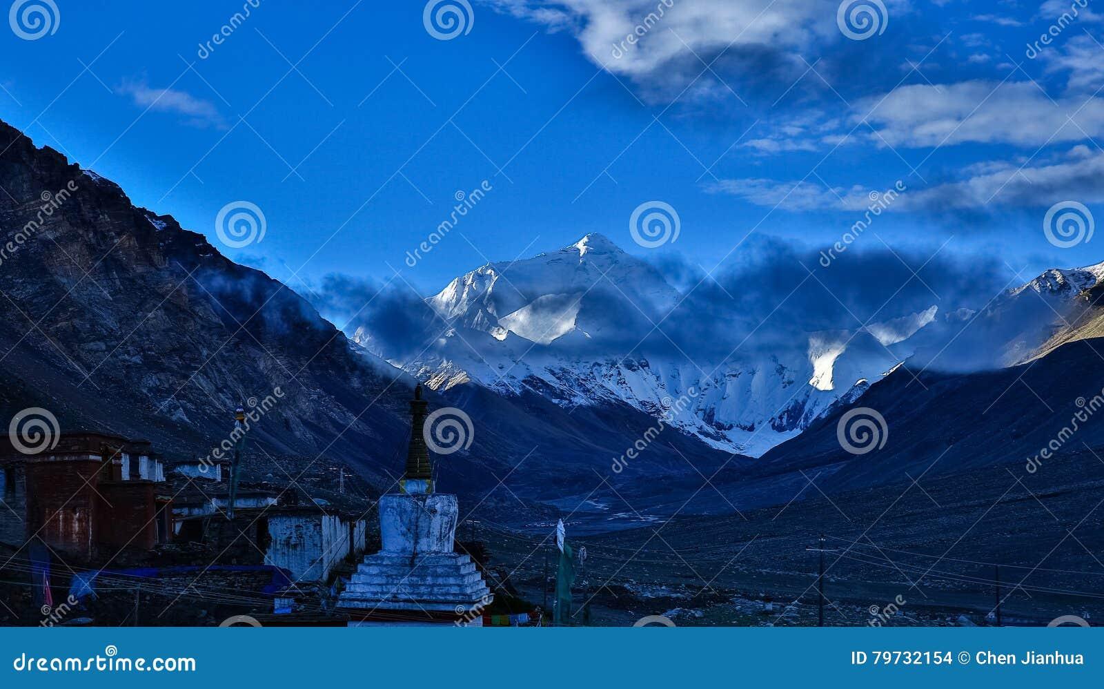 Soporte Qomolangma y templo de Rongbu