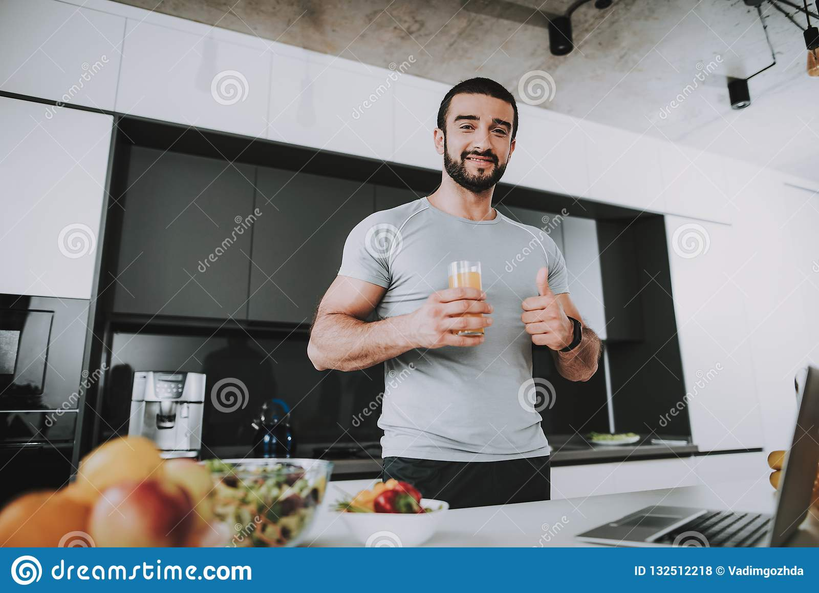 Soportes atléticos del hombre en cocina Planteamiento de concepto