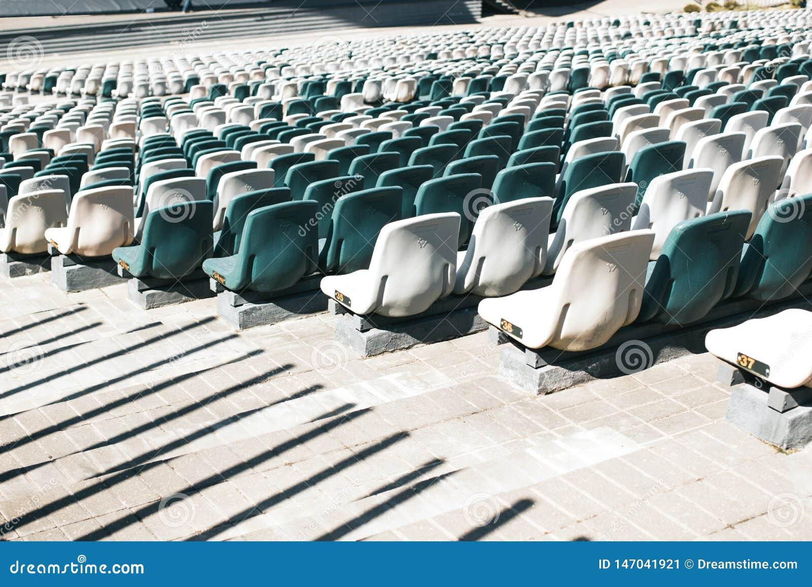 Soportes del estadio con los pasillos y los asientos pl?sticos blancos y grises