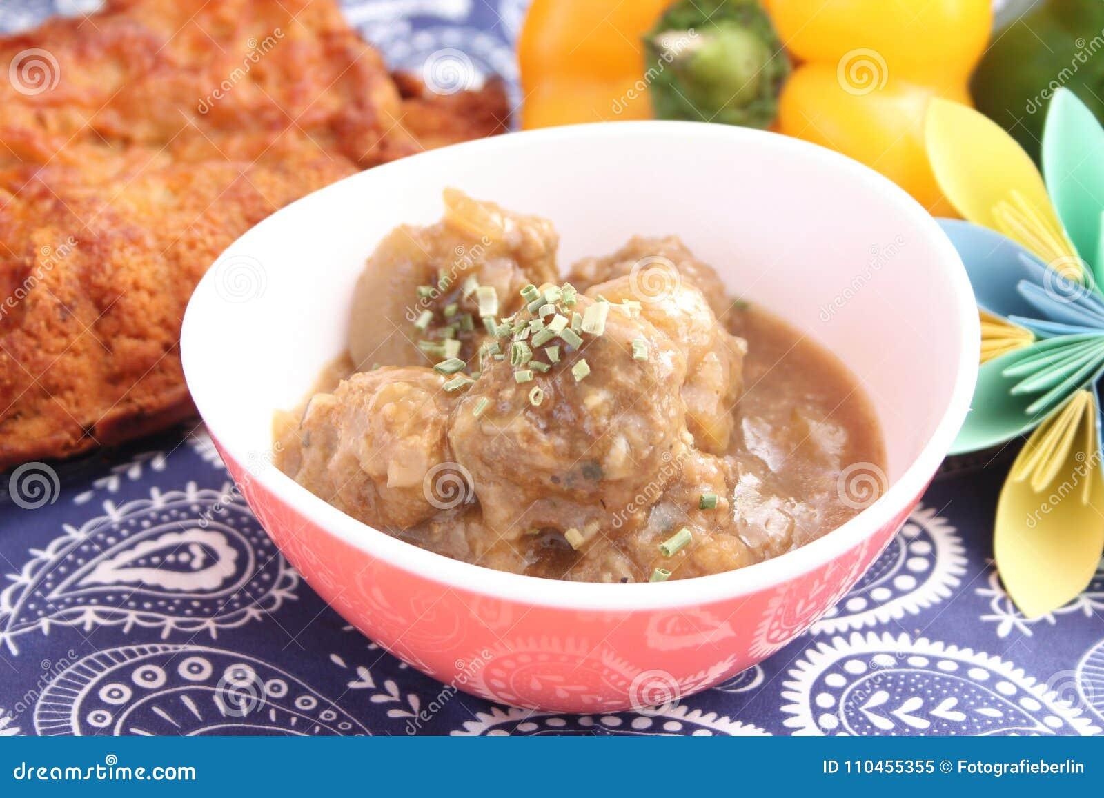 Soppa av lökar med köttbullar