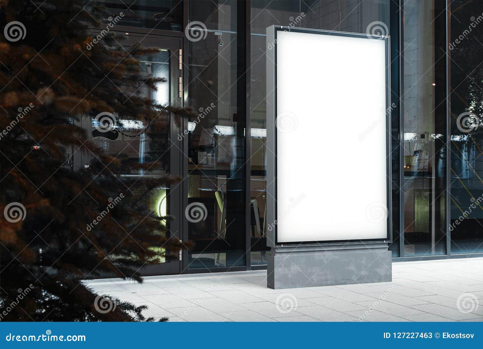 Soppressione il supporto illuminato dell insegna accanto a costruzione moderna alla notte, la rappresentazione 3d