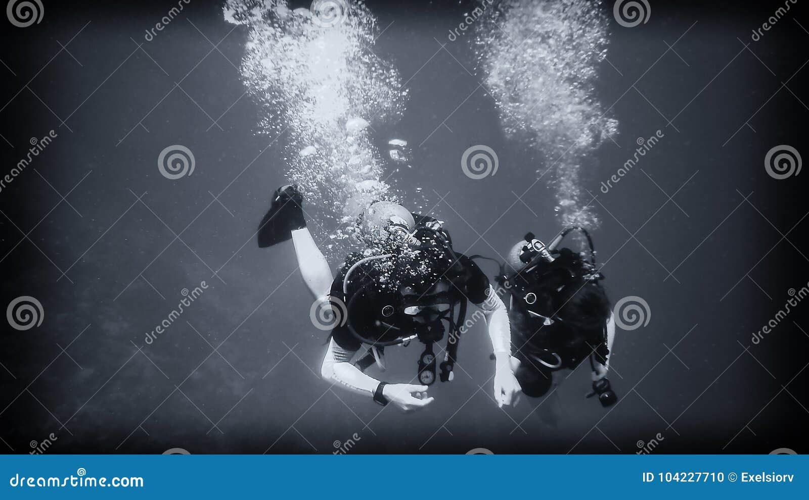 Sopra l abisso, un operatore subacqueo sotto acqua