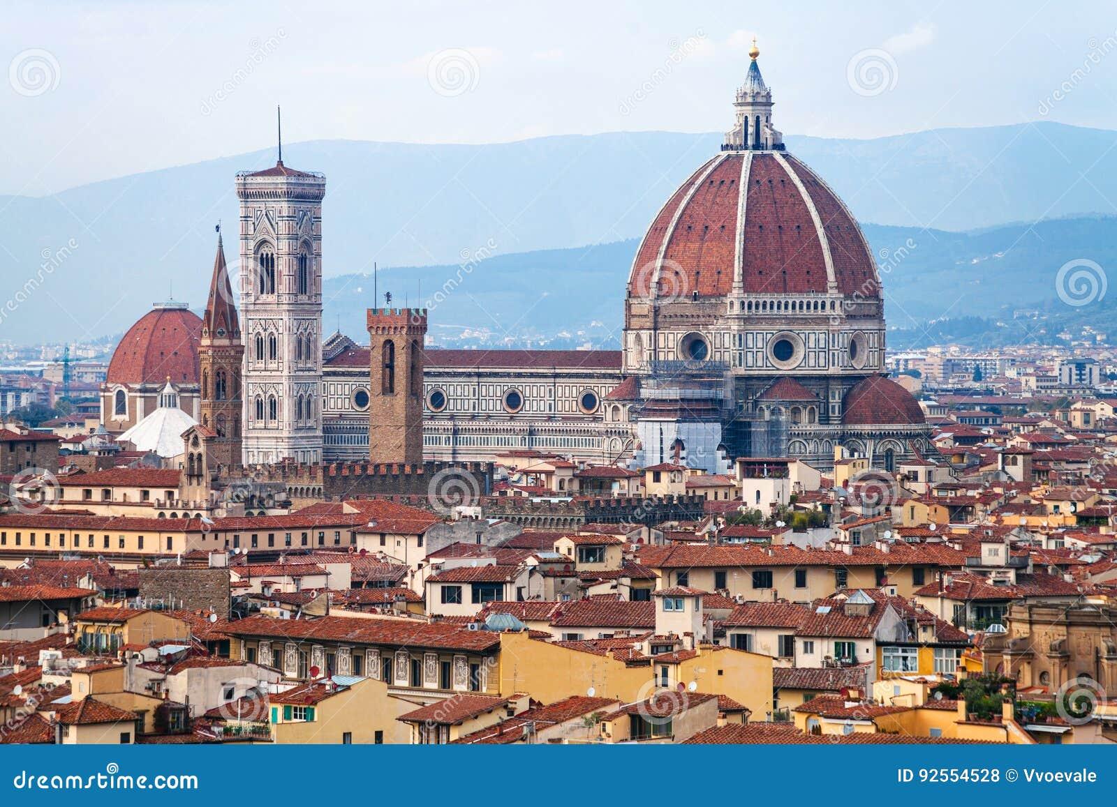 Sopra la vista della cattedrale nella città di Firenze