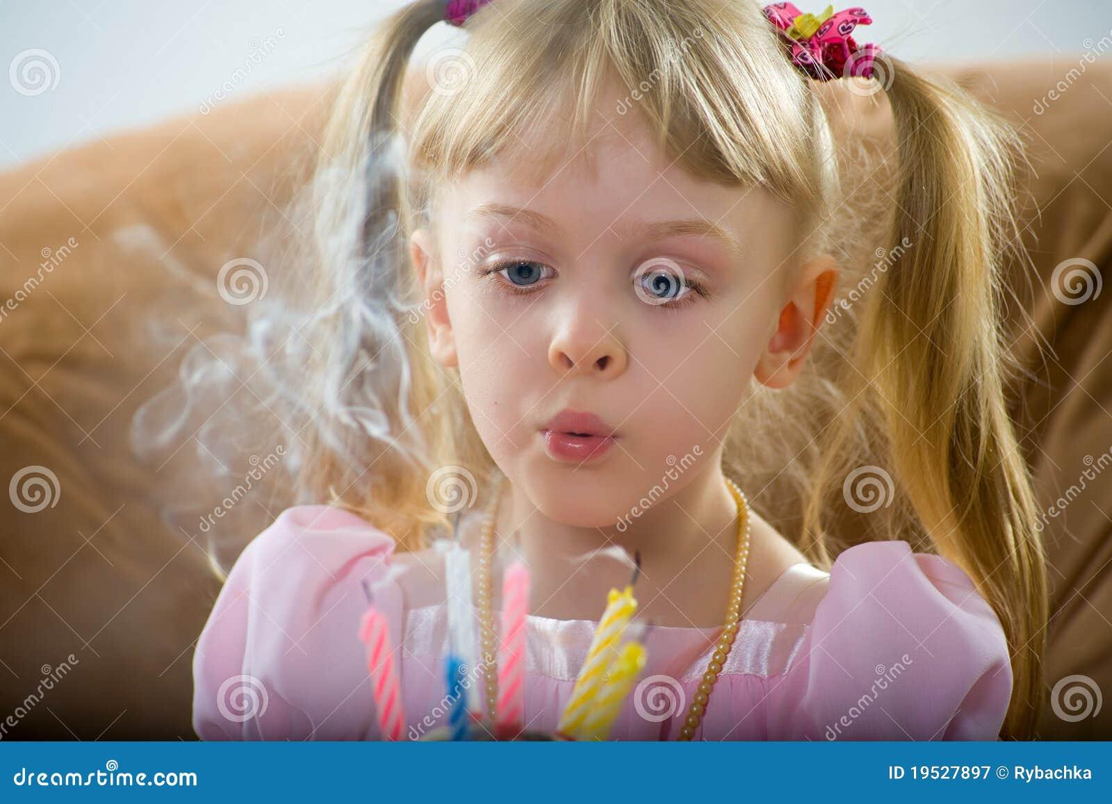Sopro em uma vela do aniversário