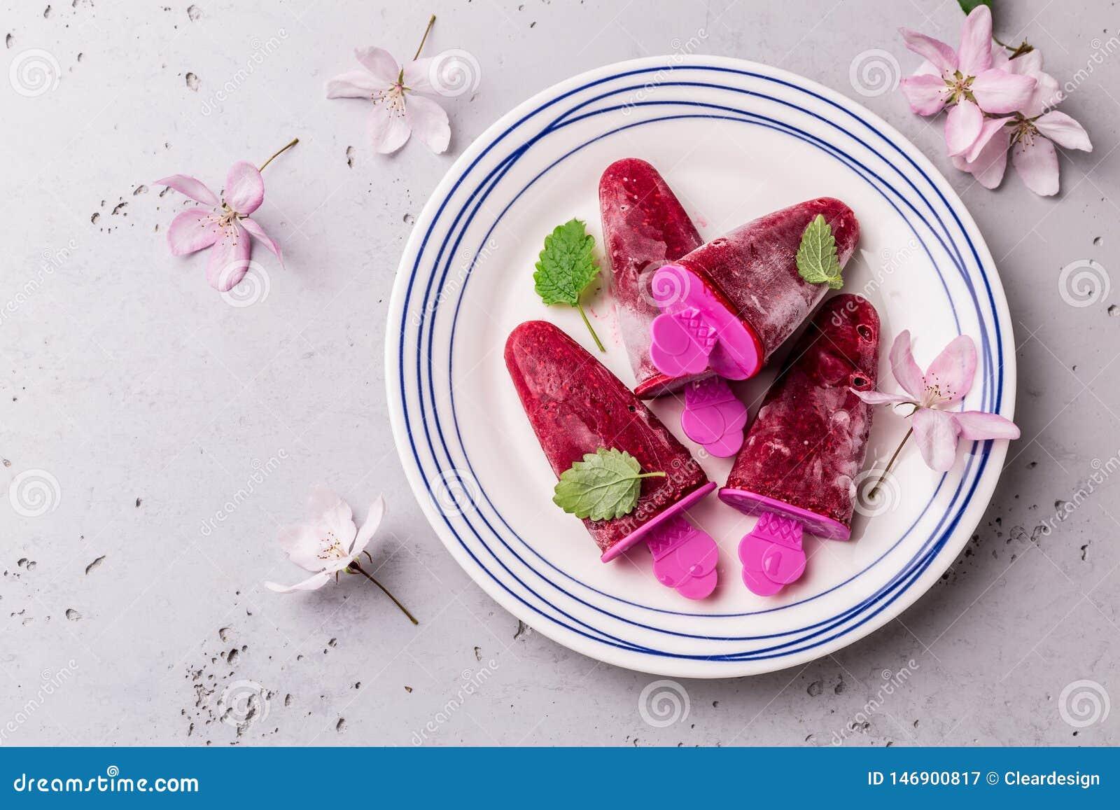 Sorbetto del lampone - freddo di estate, dessert fruttato di rinfresco