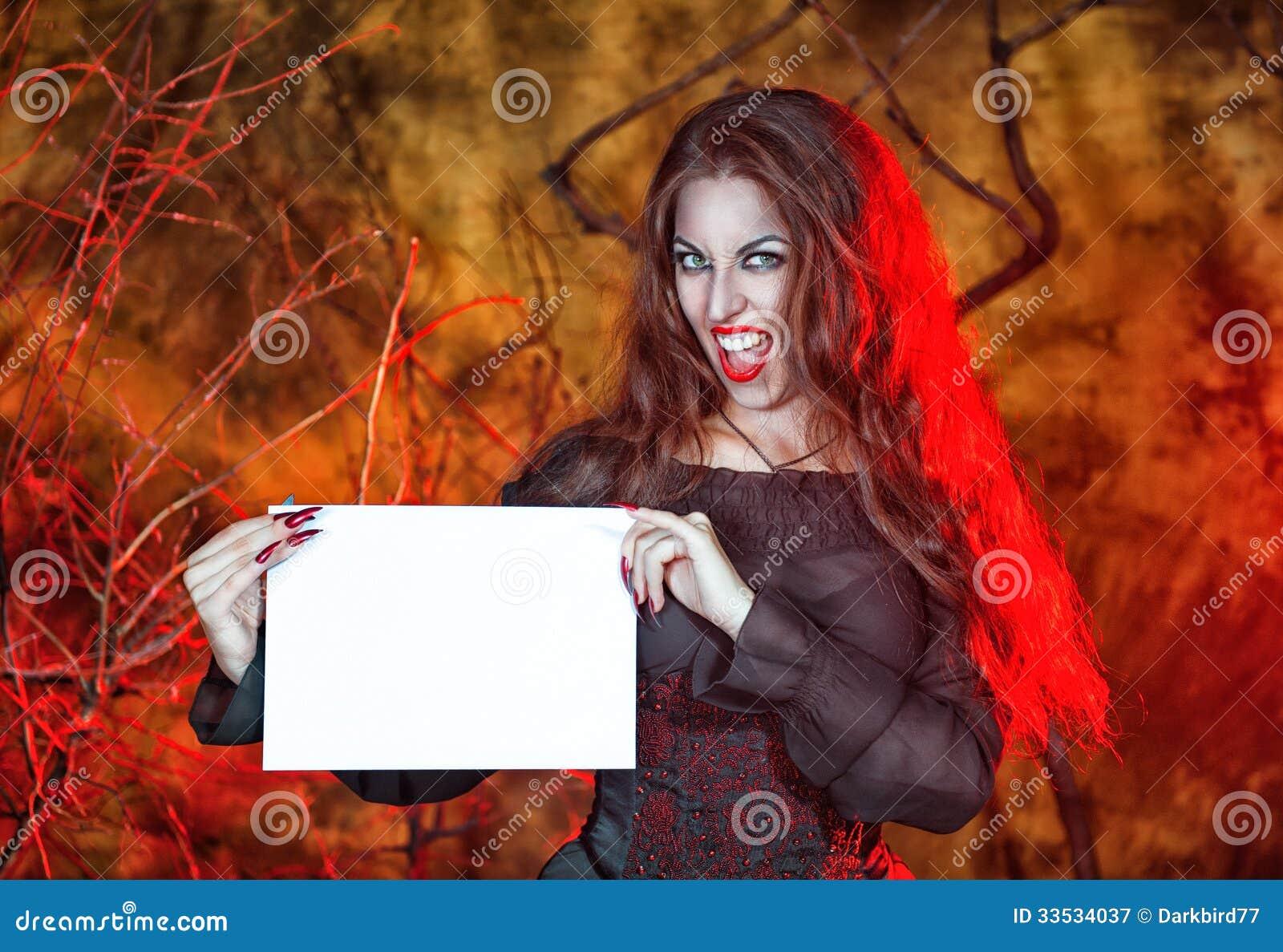 Sorcière de Halloween tenant la feuille de papier