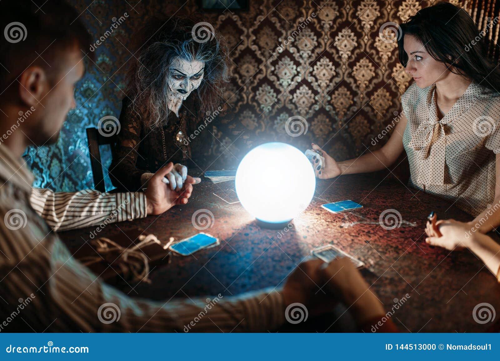 Sorcière, homme et femme sur le seance spirituel