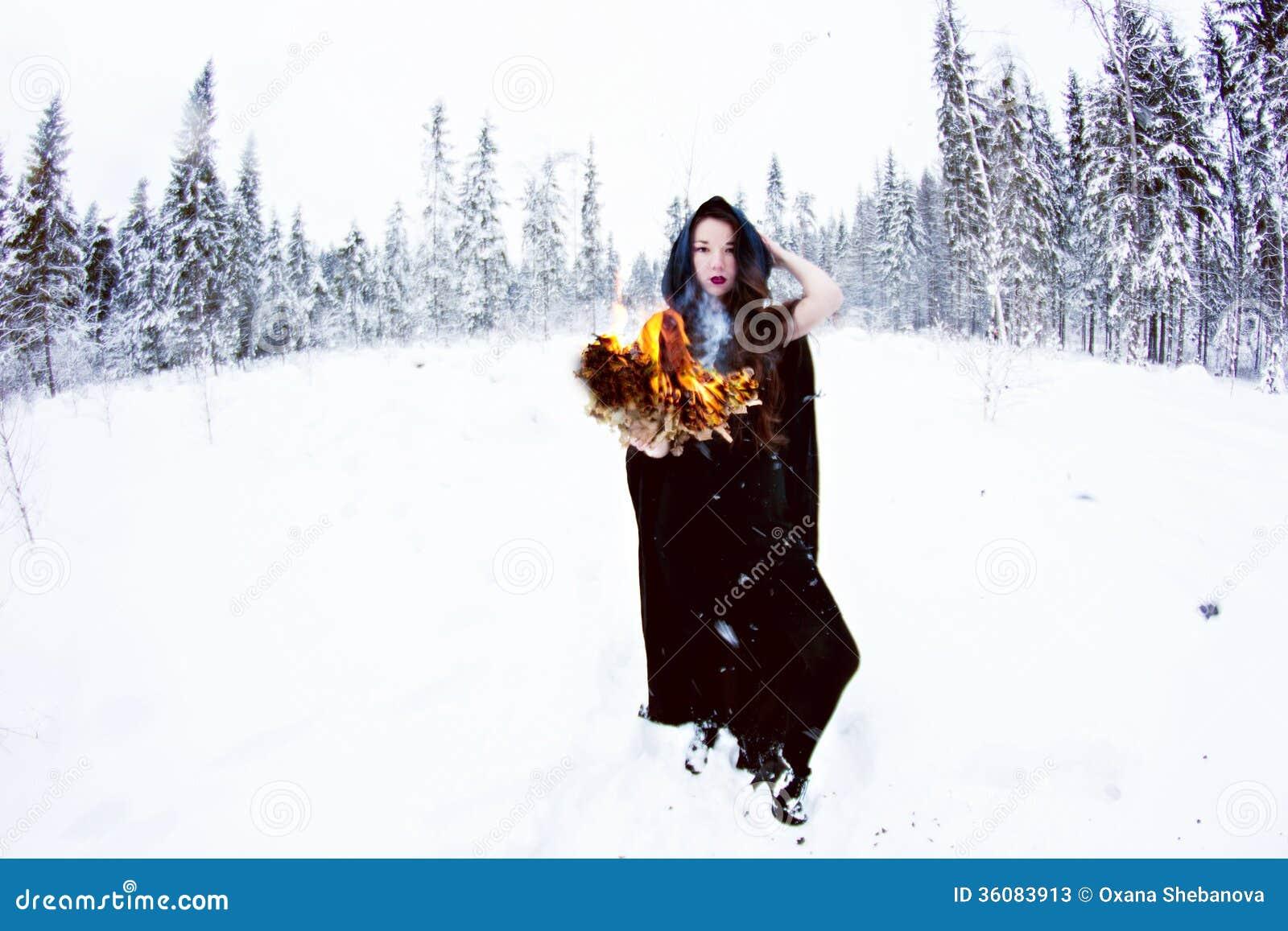 Sorci re ou femme dans le manteau noir avec la boule de feu dans la for t blanche de neige - Sorciere dans blanche neige ...