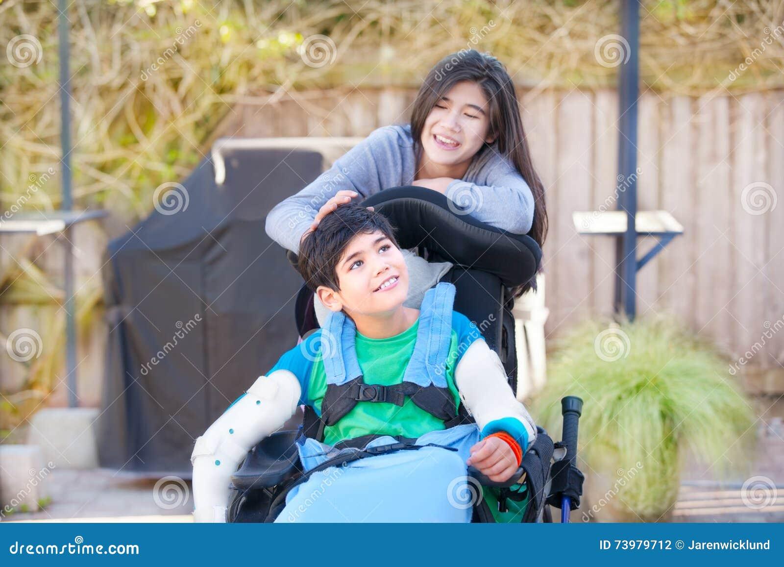 Sorella adolescente che elimina cura del fratello disabile for Vecchio in sedia a rotelle
